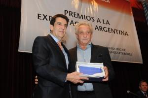 Claudio A Schejtman, presidente de Molino Panamericano, recibe el Premio Especial.