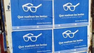 Cartel con los inconfundibles lentes de Frondizi.