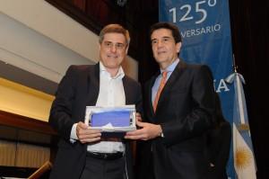 Gustavo Kahl de JBS recibe el Premio.